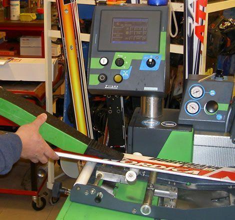 Preparazione sci con macchinario