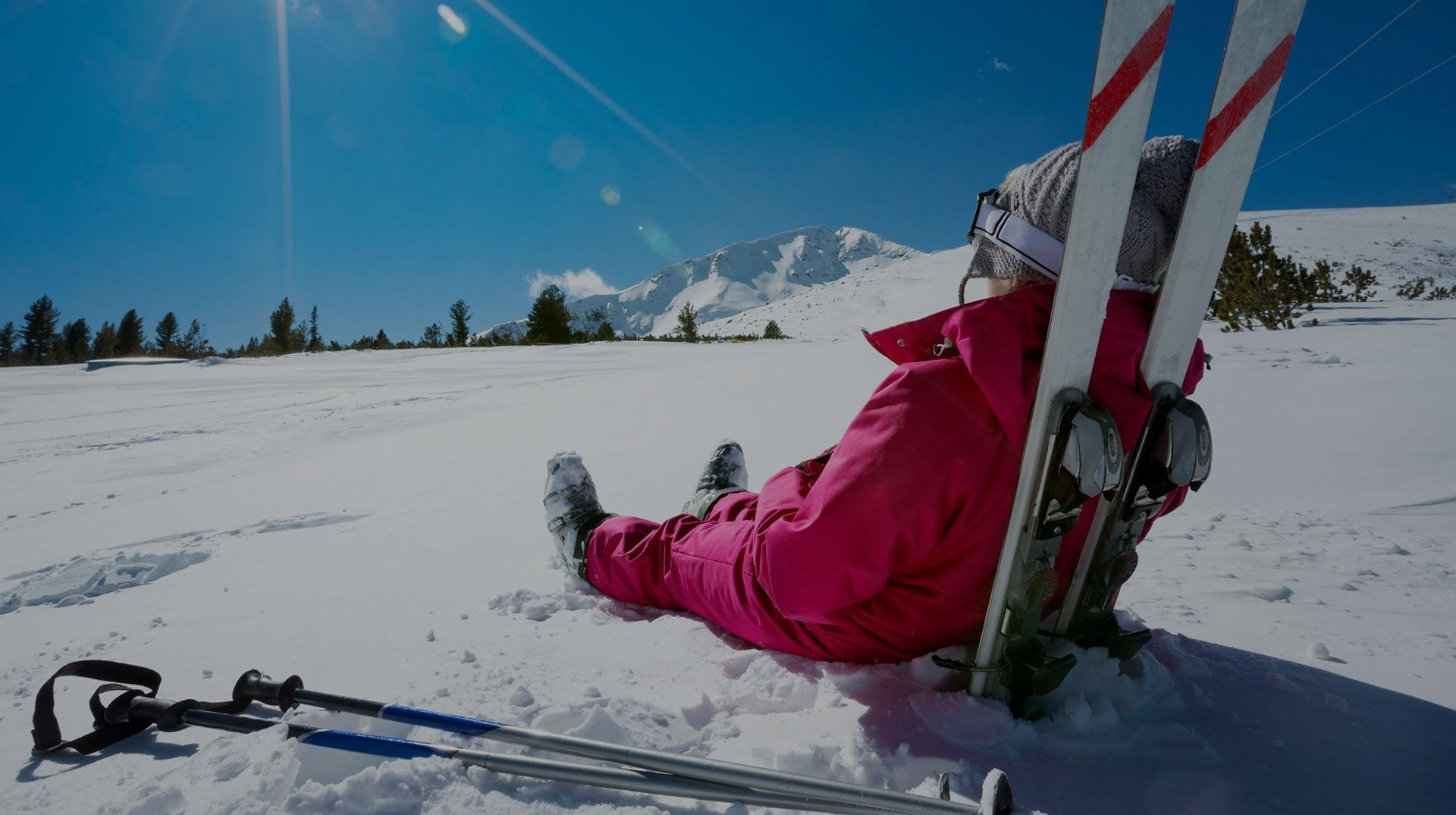 Donna seduta sulla neve